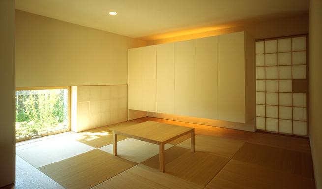 下窓より庭の眺めが美しい和室。 下窓より庭の眺めが美しい和室。 エントランスホールよりのリビング